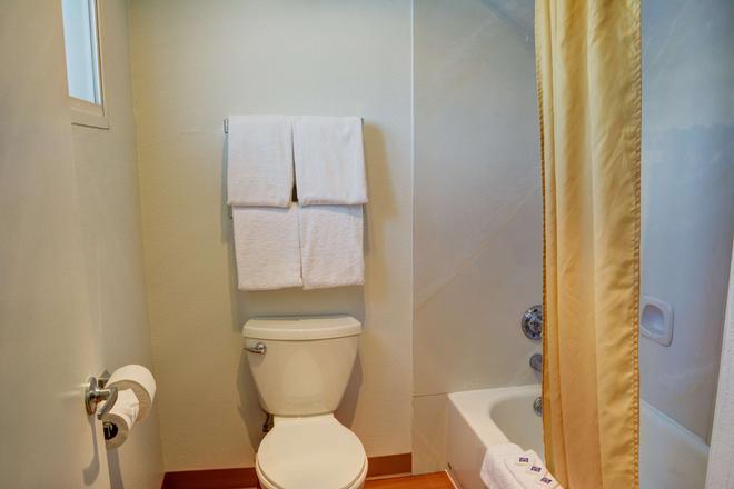 本德6号汽车旅馆 - 本德 - 浴室