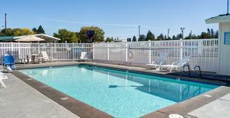 本德6号汽车旅馆 - 本德 - 游泳池