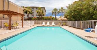 沃尔顿堡海滩戴斯酒店 - 沃尔顿堡滩 - 游泳池