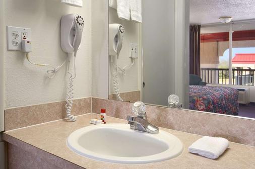 俄克拉何马展览会场速8酒店 - 奥克拉荷马市 - 浴室