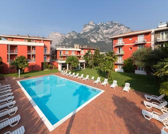 绿色度假村布里奥酒店 - 里瓦 - 游泳池