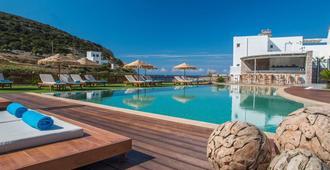 黄金米洛斯海滩酒店 - 阿达玛斯 - 游泳池