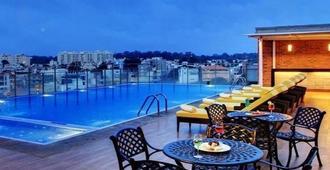 班加罗尔皇家兰花酒店 - 班加罗尔 - 游泳池