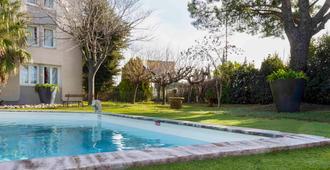 宜必思阿尔勒酒店 - 阿尔勒 - 游泳池