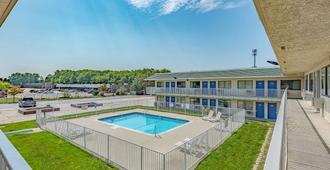 6号堪萨斯市北-机场汽车旅馆 - 堪萨斯城 - 游泳池