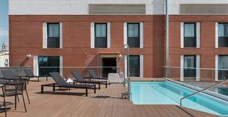 Nh马拉加酒店 - 马拉加 - 游泳池