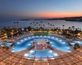 科法卢卡超度假酒店 - 图尔古特雷斯 - 游泳池