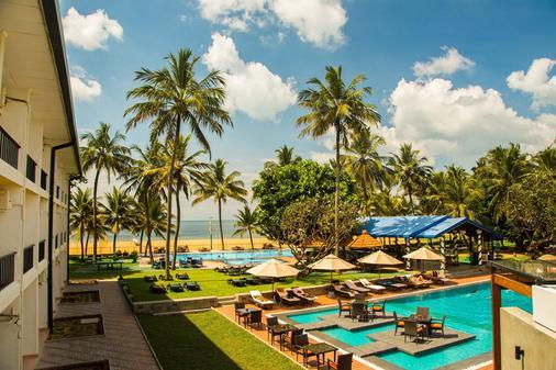 卡米洛特海滩酒店 - 尼甘布 - 游泳池
