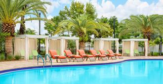 基韦斯特万豪费尔菲尔德客栈及套房酒店 - 基韦斯特 - 游泳池