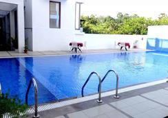 美食度假村紫色酒店 - Auroville - 游泳池