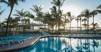 迈阿密海滩悦宜湾广场酒店 - 迈阿密海滩 - 游泳池