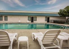 哈尼斯购物中心品质套房酒店 - 温斯顿-塞勒姆 - 游泳池