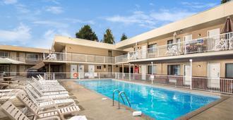 希娅丝塔套房酒店 - 基洛纳 - 游泳池