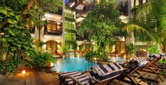 绿洲潟湖沙努尔酒店 - 登巴萨 - 游泳池