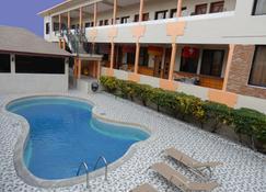 卡兰特套房酒店 - 博卡奇卡 - 游泳池