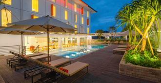 科克洛阿米诺托哈里斯酒店 - 登巴萨 - 游泳池