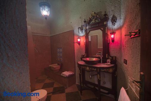 艾丽卡洞穴套房酒店 - 内夫谢希尔 - 浴室
