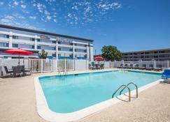 特克萨卡纳拉昆塔酒店及套房 - Texarkana - 游泳池