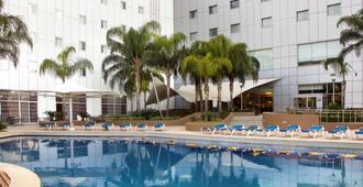 蒙特雷谷诺富特酒店 - 蒙特雷 - 游泳池