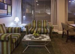 休斯顿斯塔福德舒格兰拉昆塔套房酒店 - 斯塔福德(德克萨斯州) - 客厅