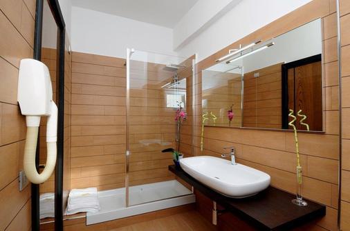 优诺罗马机场酒店 - 菲乌米奇诺 - 浴室