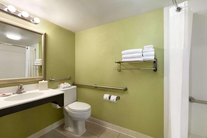 巴尔的摩内港戴斯酒店 - 巴尔的摩 - 浴室