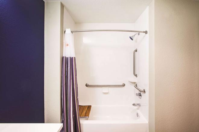 威奇托东北温德姆拉昆塔套房酒店 - 威奇托 - 浴室