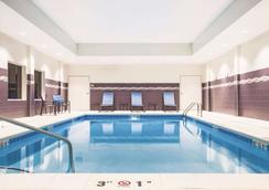 威奇托东北温德姆拉昆塔套房酒店 - 威奇托 - 游泳池
