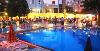 东方套房酒店 - 阿拉尼亚 - 游泳池