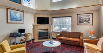 北方学院伊克诺酒店 - 科罗拉多斯普林斯 - 客厅