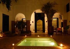 麦哲伦瑜伽和Spa中心庭院旅馆 - 马拉喀什 - 游泳池