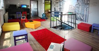 360度住宿加咖啡旅舍 - 贝尔格莱德 - 客厅