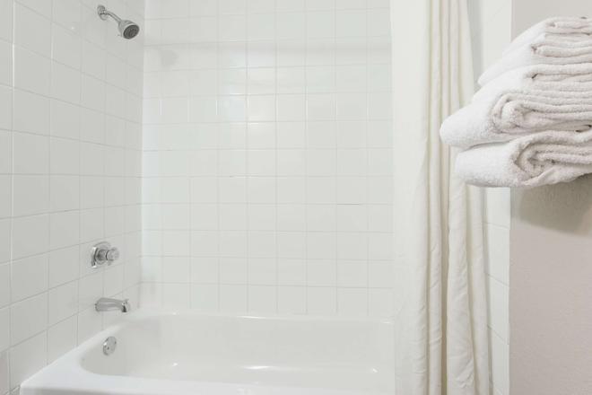 坎卢普斯速8酒店 - 坎卢普斯 - 浴室