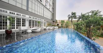 维纳达酒店@帕库布沃诺 - 南雅加达 - 游泳池