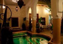 厄尔帕夏三棕榈摩洛哥传统庭院住宅酒店 - 马拉喀什 - 游泳池