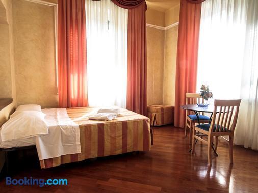 索格吉尔诺雅典娜酒店 - 比萨 - 睡房