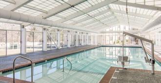 帕特里克·亨利广场阿桑德连锁酒店,蓝绿度假酒店 - 威廉斯堡 - 游泳池