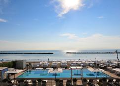 海景套房酒店 - 拉文纳 - 游泳池