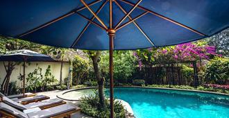 吉利艾尔岛曼塔潜水度假酒店 - 彭朗 - 游泳池