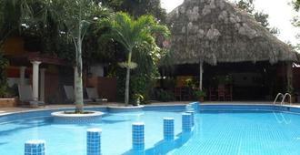 意可特金塔雷佳酒店 - 巴利亚多利德 - 游泳池