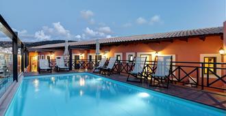 爱奥尼亚套房公寓式酒店 - 罗希姆诺 - 游泳池