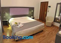 瑟坦团纳尔滨海酒店 - 蒙特卡蒂尼泰尔梅 - 睡房
