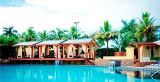 托拉里卡度假村 - 帕拉马里博 - 游泳池