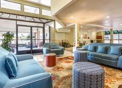欧文斯柏克鲁姆优质套房酒店 - 森林湖 - 大厅