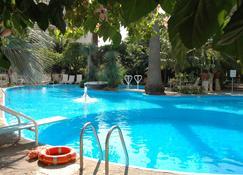瑞真娜宫廷酒店 - 马奥莱 - 游泳池