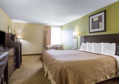 优质酒店 - 梅里尔维尔 - 睡房