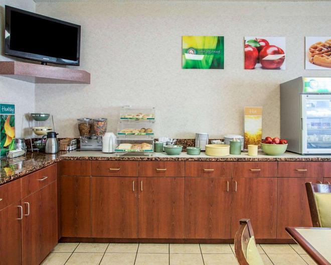 优质酒店 - 梅里尔维尔 - 自助餐