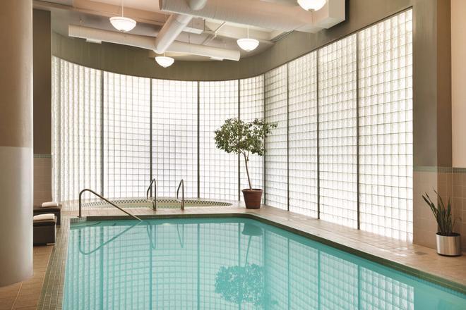 温哥华机场丽笙酒店 - 里士满 - 游泳池