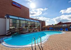瀑布豪生酒店 - 尼亚加拉瀑布 - 游泳池