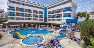 蓝波套房酒店 - 阿拉尼亚 - 游泳池